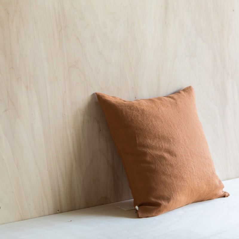 WASHED LINEN CUSHION CARAMEL